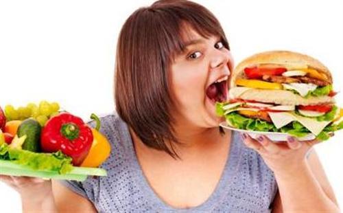 Ăn quá nhiều vào buổi tối cũng là yếu tố gây đau dạ dày