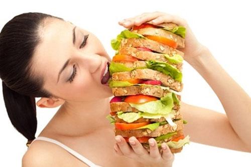 Dạ dày khóc do bạn ăn quá nhiều vào buổi tối