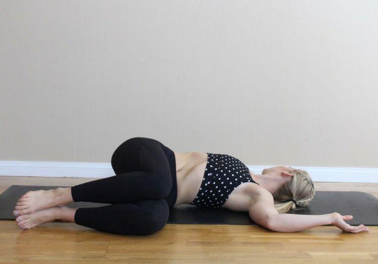 Động tác Supine Twist chữa đau dạ dày