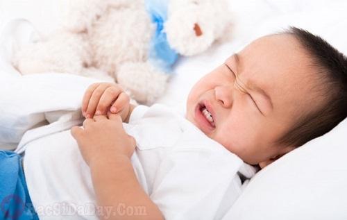 Trẻ bị đau dạ dày gây nôn ra máu