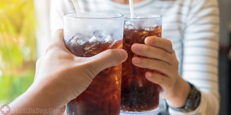 Uống nước có gas bị đầy bụng làm sao hết?