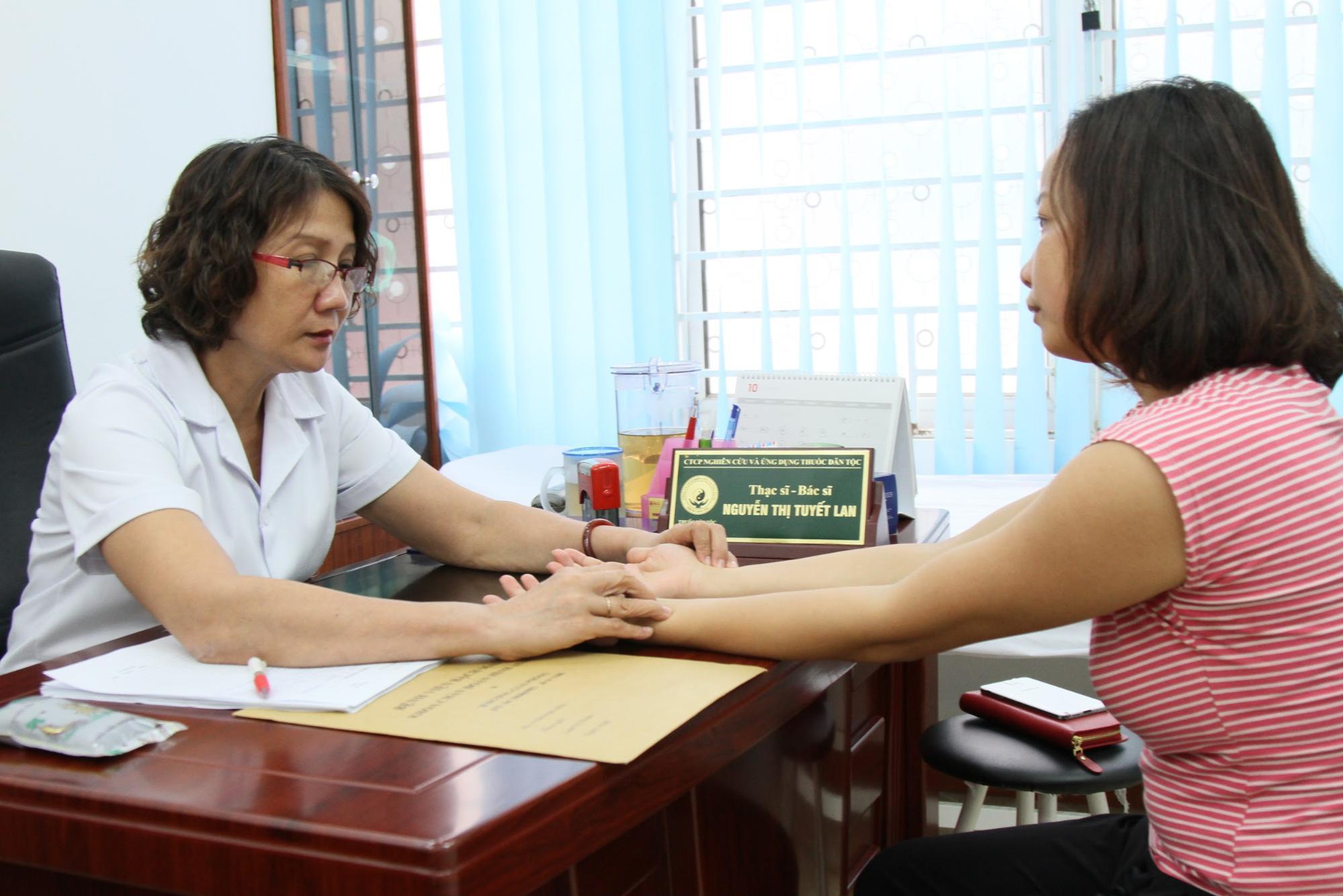 Bác sĩ bắt mạch trước khi kê đơn thuốc chữa đau dạ dày