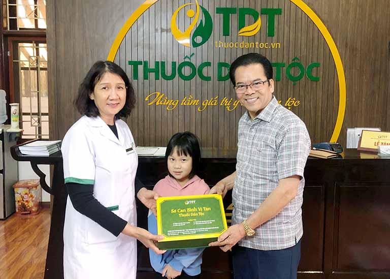 NSND Trần Nhượng đưa cháu đến khám dạ dày tại Thuốc dân tộc